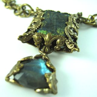 N0770 Green labradorite sq brass-wrapped w labr-brass dangle on GV-brass chain closeup2